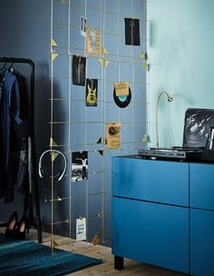 Display your favourite stuff on a versatile room divider built from IKEA MYRHEDEN frames in brass-colour. Hook four frames together and attach them to a curtain rod rail hanging from the ceiling. Then start accessorising!
