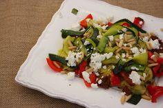 Warmer Zucchini-Salat mit Pinienkernen und Feta