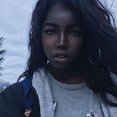 Lola Chuil (@theblackhannahmontana) vem roubando a cena no Instagram com sua beleza única que lhe rendeu o apelido de Barbie negra. Além de chamar atenção pela aparência física a adolescente de 16 anos manda com frequência recados empoderadores a outras meninas negras. Gostaria que mais pessoas se amassem declarou em um dos post. Saiba mais sobre ela em nosso site: marieclaire.globo.com #barbienegra  via MARIE CLAIRE BRASIL MAGAZINE OFFICIAL INSTAGRAM - Celebrity  Fashion  Haute Couture…