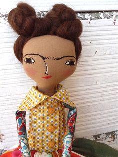 Muñeca Frida Kahlo en algodón y lino. 36 centímetros. nº 17 colección 2017. Pelo de mohair de AntonAntonThings en Etsy