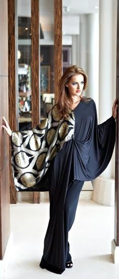 Bisht style abaya is a long loose abaya. Bisht abaya is best for those women who want to cover their Arab Fashion, Islamic Fashion, Muslim Fashion, Modest Fashion, Look Fashion, Classy Fashion, Abaya Mode, Mode Hijab, Abaya Designs
