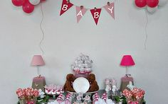 Se o nome não tiver sido escolhido até o chá de bebê, sem problema: anuncie 'Baby' na decoração da festa em tons de rosa. De A Fê Faz.. (Divulgação)