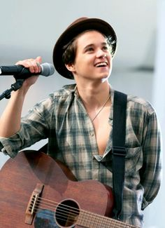 I usually dont compare Brad to Harry but when you wear a fedora and a barely-buttoned plaid shirt with a necklace then you're going to resemble Harry lol