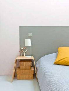 Déco contemporaine pour la tête de lit de cette chambre blanche. Originale et rapide à faire, la tête de lit est directement peinte en gris sur le mur. Pour réaliser la même chose chez vous, rien de plus simple : à l'aide d'un crayon bois, tracez un cadre rectangulaire sur le mur tout autour de votre li, protégee les contours extérieur avec du ruban à peinture et peignez ll'intérieur de la tête de lit dans une couleur en contraste avec  la peinture des murs de la chambre. Ici on a utilisé…