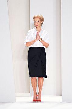 Carolina Herrera con su sello la camisa blanca y la falda negra . Classy para cualquier edad.