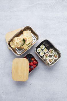 Op zoek naar een praktische lunchboxdie gemakkelijk mee kan nemen? De Point-Virgule lunchbox is geschikt voor een snack mee te nemen of om eten te bewaren in de koelkast. De doos is gemaakt van roestvrijstaal en de deksel van bamboe. De lunchbox heeft een stijlvol en tijdloos design. De lunchbox is niet vaatwasserbestendig, maar je kunt hem schoon maken met een sopje. Le Point, Lunch Box, Dairy, Cheese, Food, Essen, Bento Box, Meals, Yemek