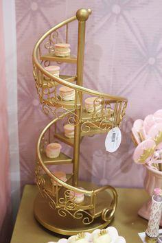 Olha que linda a Decoração do Stand da Lunne Import com produtos A Gaivota com o tema Princesas.Imagens e produtos à venda na A GaivotaLindas ideias e muita inspiração!!Bjs, Fabío...