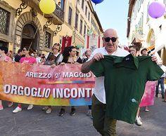 Sensazionale Gaypride: indovinate chi ha conquistato la hit della parata? In cima al corteo c'era L'Ortica!!!!!!