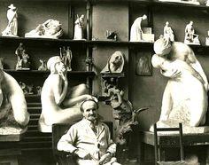 Alfred Laliberté dans son atelier Sculpteur québécois (1878/1953), il étudie à l'École des beaux-arts de Paris et de retour au Canada, ses œuvres montrent une forte  influence du sculpteur Auguste Rodin. Il devient ensuite professeur à l'École des beaux-arts de Montréal et est l'auteur de plus de 900 sculptures en bronze, marbre, bois et plâtre. Cartes postales Pierres-Info