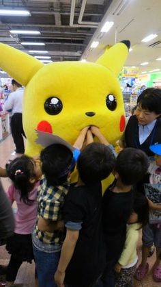 Yes Children, Feed the Pikachu. Squirtle wants you to feed the Pikachu Dankest Memes, Funny Memes, Hilarious, Gajeel Y Levy, Pikachu Costume, Deadpool, Catch Em All, Cursed Images, Pokemon Go