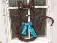 Cat for spring Garden Deco, Garden Art, Diy And Crafts, Arts And Crafts, Willow Weaving, Paper Weaving, Natural Materials, Grapevine Wreath, Diy Beauty