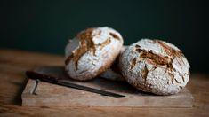 Επισκεφτήκαμε τρεις σύγχρονους φούρνους της πρωτεύουσας για να μάθουμε από μέσα τι συμβαίνει με το «τρίτο κύμα του ψωμιού», την τάση που έχει καταφέρει όχι μόνο να επαναπροσδιορίσει αλλά και να αναγεννήσει την αρτοποιία. Bread, Thessaloniki, Athens, Food, Brot, Essen, Baking, Meals, Breads