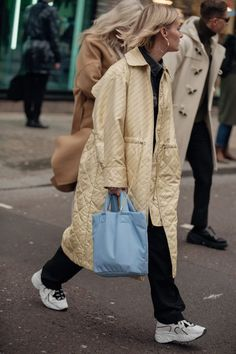 Street style i look dalla london fashion week men s ai 2020 2021 parisian vogue fashion everybody ought to know fazhion website Fashion Trends 2018, Spring Fashion Trends, Winter Fashion, High Street Fashion, London Fashion Week Mens, Street Style Shop, Look Street Style, Street Style London, Vogue Fashion