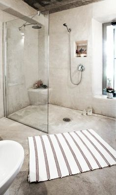 tapis de salle de bain beige à rayures marrons