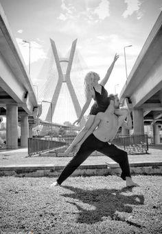 """Exposição """"São Paulo: Formas e Ritmos"""" clica bailarinos dançando nas ruas da cidade (Foto: Fernanda Kirmayr / Divulgação)"""