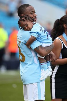 Raheem Sterling of Manchester City with his daughter Melody Rose. Sterling Manchester City, Soccer Poses, Manchester City Wallpaper, Raheem Sterling, Messi Soccer, Huddersfield Town, Zen, Manchester England, Sports Celebrities