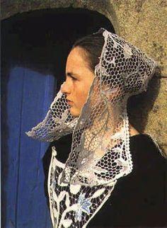 Baud - Kornek - La coiffe de la région de Baud (Morbihan) est caractérisée par le fait que les pans ne sont pas relevés et tombent pudiquement le long du visage.