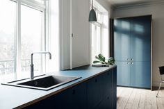 Reform's BASIS kitchen design in linoleum in color 'Smokey Blue' with natural oak handles and edges. It's an IKEA hack. Henning Larsen, Classical Kitchen, Time To Tidy Up, Good Environment, Cuisines Design, Ibs, Scandinavian Design, Cool Kitchens, Kitchen Remodel