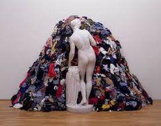 10.Fusión visual: Fundir un signo con otro consiguiendo un súper signo. Esta imagen se funde entre la montaña de ropa con la escultura de la mujer.