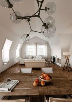 Das Wohnzimmer im Dachgeschoss in der Peterstraße in Kempen hat ein besonderes Flair durch die Mansard Dachform. Viel Licht durchflutet den Raum durch die großen Fenster - Ralf Schmitz Immobilien