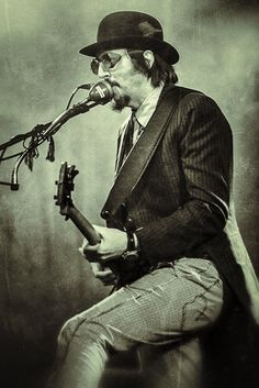 Les Claypool, talented bassist and vocalist for Primus, Oysterhead, and many other groups of his creation. (Photograph Grungy Les by Benoît Felten)