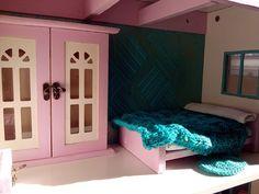 Detalle de dormitorio. Niña cuatro años. Dollhouse.