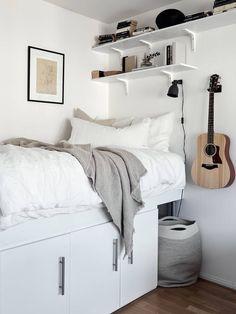 Small studio with a neutral decor Room Design Bedroom, Small Bedroom Designs, Small Room Design, Bedroom Layouts, Room Ideas Bedroom, Home Room Design, Small Room Bedroom, Bedroom Decor, Square Bedroom Ideas