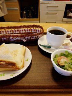 今日のお昼ごはんはホットサンドたまご味とブレンドコーヒーいただいています。
