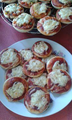 Szalámis pizzalepénykék Calzone, Pretzel Bites, Ketchup, Muffin, Pizza, Bread, Breakfast, Food, Morning Coffee