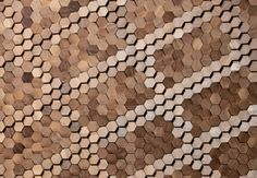 Rivestimento firmato da Giles Miller. Piccole tessere esagonali in legno, 975 euro/mq.