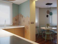 Cocina vinculada con salón-comedor. Mosaico hexagonal vintage en paredes, lámpara vibia en zona comedor. Proyecto de interiorismo de AZ Diseño.