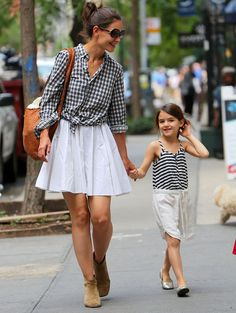 Little Suri strikes a pose for the camera as strolls in matching outfits with mom Katie in New York City. Like mother, like daughter! Suri Cruise and her doting mom Katie Holmes were seen in black and white tops and a flowing white skirt on June Katie Holmes, Trend Fashion, Kids Fashion, Womens Fashion, Celebrity Kids, Celebrity Style, Looks Chic, Trends, Celebs