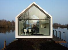 Petite Maison de vacances modulaire design - Visit the website to see all pictures http://www.amenagementdesign.com/architecture/petite-maison-vacances-modulaire-design