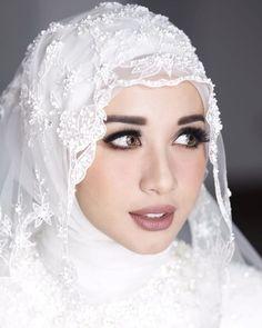 Elegan, 7 Potret Para Selebriti dengan Vintage Makeup Look ala Bumiauw Muslim Wedding Gown, Hijabi Wedding, Wedding Hijab Styles, Muslimah Wedding Dress, Muslim Wedding Dresses, Hijab Bride, Maxi Dress Wedding, Headpiece Jewelry, Bridal Makeup Looks