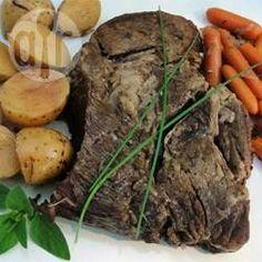 Einfacher Rindfleisch Eintopf mit Möhren und Kartoffeln im Slow Cooker - Das Rindfleisch wird herrlich saftig, wenn man es so langsam im Slow Cooker kocht. Ich werfe einfach morgens alles in den Slow Cooker und wenn ich heim komme, ist das Essen fertig.@ de.allrecipes.com
