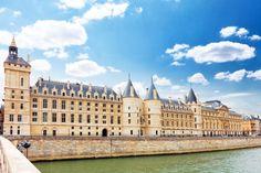 La #Conciergerie, también conocido como Palais de la Cité, en sus orígenes fue la residencia de los reyes del s. X al XIV, y más tarde, en 1392, se convirtió en prisión. http://www.viajaraparis.com/lugares-para-visitar-en-paris/conciergerie-de-paris/ #turismo #Paris