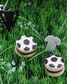 Startklar für das EM- Viertelfinale: Fußball Macarons mit dunkler Schoko-Kaffee-Ganache - Biskuitwerkstatt