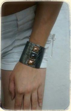 Bracelete Couro Ônix/Rose Vendas: whatsapp: 317300-4489 http://instagram.com/petalasdemaria (Peça única)