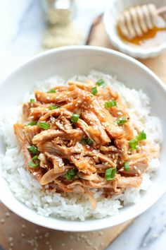 Slow Cooker Honey Sesame Chicken - Simply throw everything in the crockpot for a quick and easy, no-fuss, family-friendly meal! We are making it tonight, New Year's dinner. Crock Pot Freezer, Crock Pot Slow Cooker, Slow Cooker Recipes, Cooking Recipes, Freezer Meals, Crockpot Meals, Slow Cooking, Asian Recipes, Healthy Recipes
