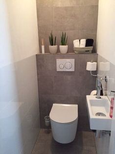 Vloertegels cm Ares Gris in de toilet Small Bathroom Storage, Bathroom Design Small, Modern Bathroom, Small Toilet Room, New Toilet, Bathroom Under Stairs, Downstairs Toilet, Toilet Design, Bathroom Renovations