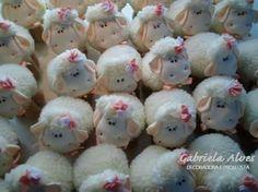 Decoração de festa feita por Gabriela Alves Decoradora e Projetista.  Cha de bebê da Pietra (ovelhinhas de lembrancinhas)