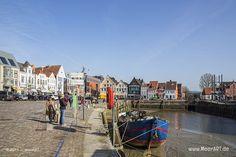 Alte und neue Wohn- und Geschäftsgebäude am alten Hafen in Husum // Foto: MeerART