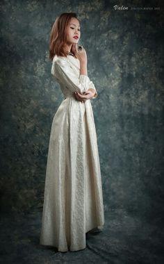 Vintage Fashion #photoshooting #vintagedress #vintage #blackgoldjewelry #blackring