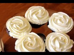 Cómo hacer un Rosetón de Buttercream para tus cupcakes Icing Frosting, Fondant Icing, Chocolate Fondant, Chilean Recipes, Baking Videos, Marshmallow Pops, Sweets Cake, Dessert Decoration, Small Cake