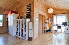 Espacio loft de una casa ecológica.