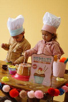 Ter crianças em casa requer criatividade.E que tal organizar um dia para brincar de Mini chef ? A cozinha geralmente é um local que desperta muita curiosidade dos pequenos, e por que não  utilizar esse espaço da casa para a criança colocar a mão na massa (literalmente) enquanto se diverte e aprende uma porção de coisas diferentes. Com uma pitada de alegria e uma porção de gargalhadas, a farra é garantida. Para os maiores pode inclusive, abordar as noções de medidas, proporção e frações…