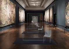 Como parte del London Design Festival, el estudio de diseño japonés Nendo invadió el museo Victoria & Albert con una instalación de sillas bajo el título Mimicry. Fabricadas en metal blanco con un diseño intencionalmente sencillo, estas sillas contrastan con el clásico interior del museo.