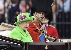 Este traje verde inspiró 15 extravagantes atuendos de la Reina Isabel que te harán morir de la risa