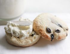 Instant Pot Clotted Cream Recipe ~ how to make authentic homemade clotted cream in the Instant Pot ~ spread on scones, it's a British tea time tradition! Chocolate Mousse Pie, Chocolate Espresso, White Chocolate Chips, Pumpkin Pie Recipes, Cookie Recipes, Yummy Recipes, Best Gravy Recipe, Clotted Cream Recipes, Homemade Scones