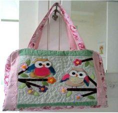 Moldes Bolsa patchwork com aplique corujinhas, faça esta linda bolsa de artesanato patchwork com aplicação de corujas. Bolsa de patchwork para bebe ou para notebook